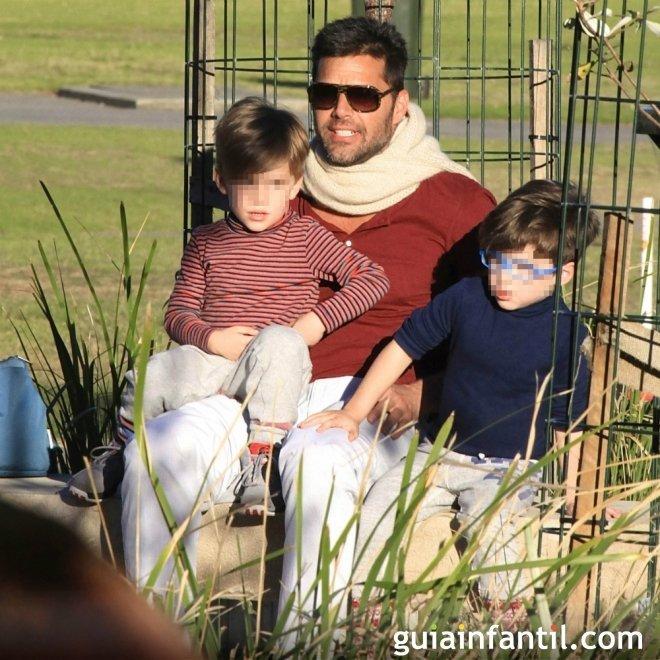 El cantante Ricky Martin con sus dos hijos mellizos en la playa