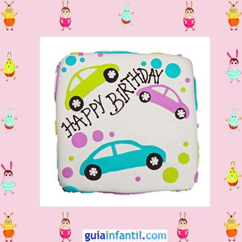 Tarta de cumpleaños con coches hechos de fondant