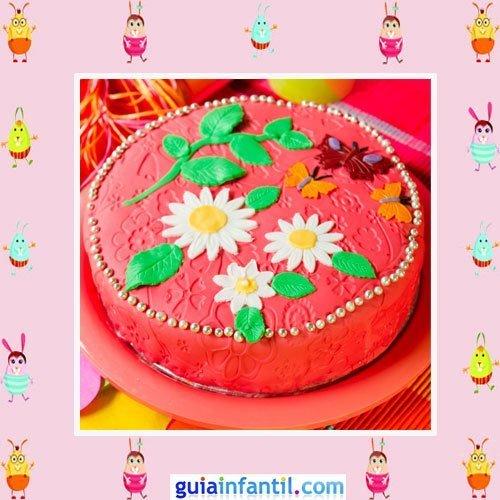 Tarta de fondant rojo decorada con margaritas