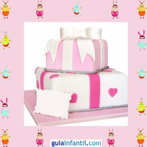 Tarta de fondant blanco y rosa con forma de regalos