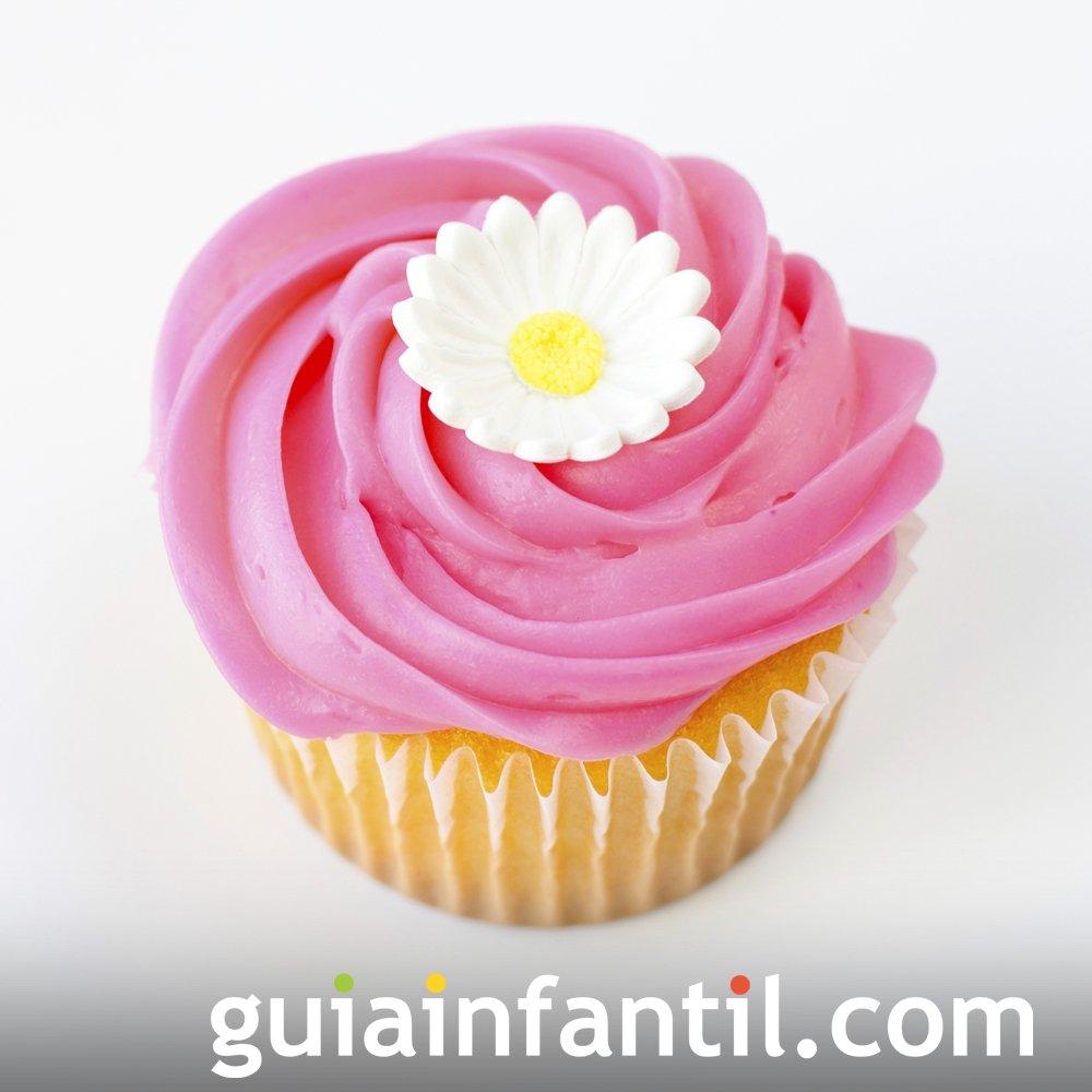 Cupcake decorado con una flor para regalar el Día de la Madre