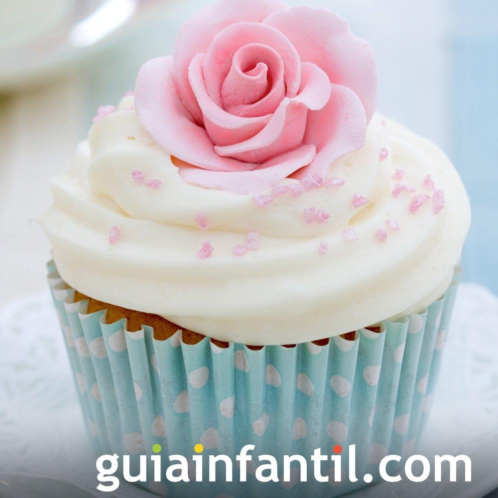 Cupcake de nata y flores de fresa para el Día de la Madre