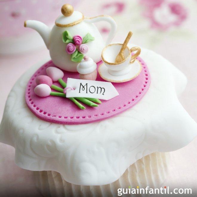 Cupcake decorado con juego de té para el Día de la Madre
