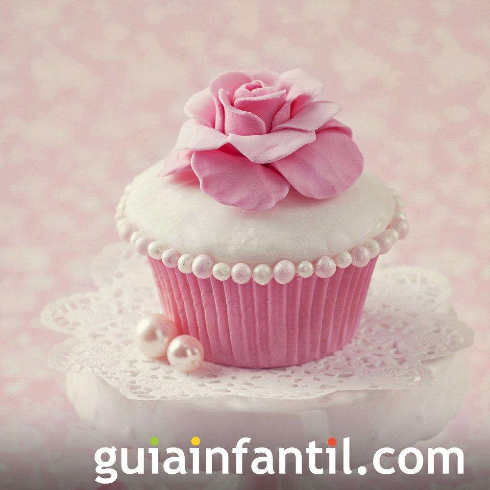 Cupcake con flores y perlas para el Día de la Madre