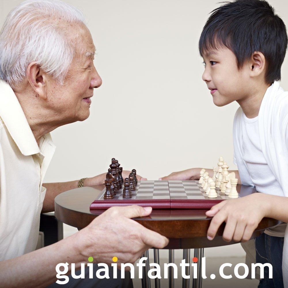Los abuelos enseñan juegos de siempre a sus nietos