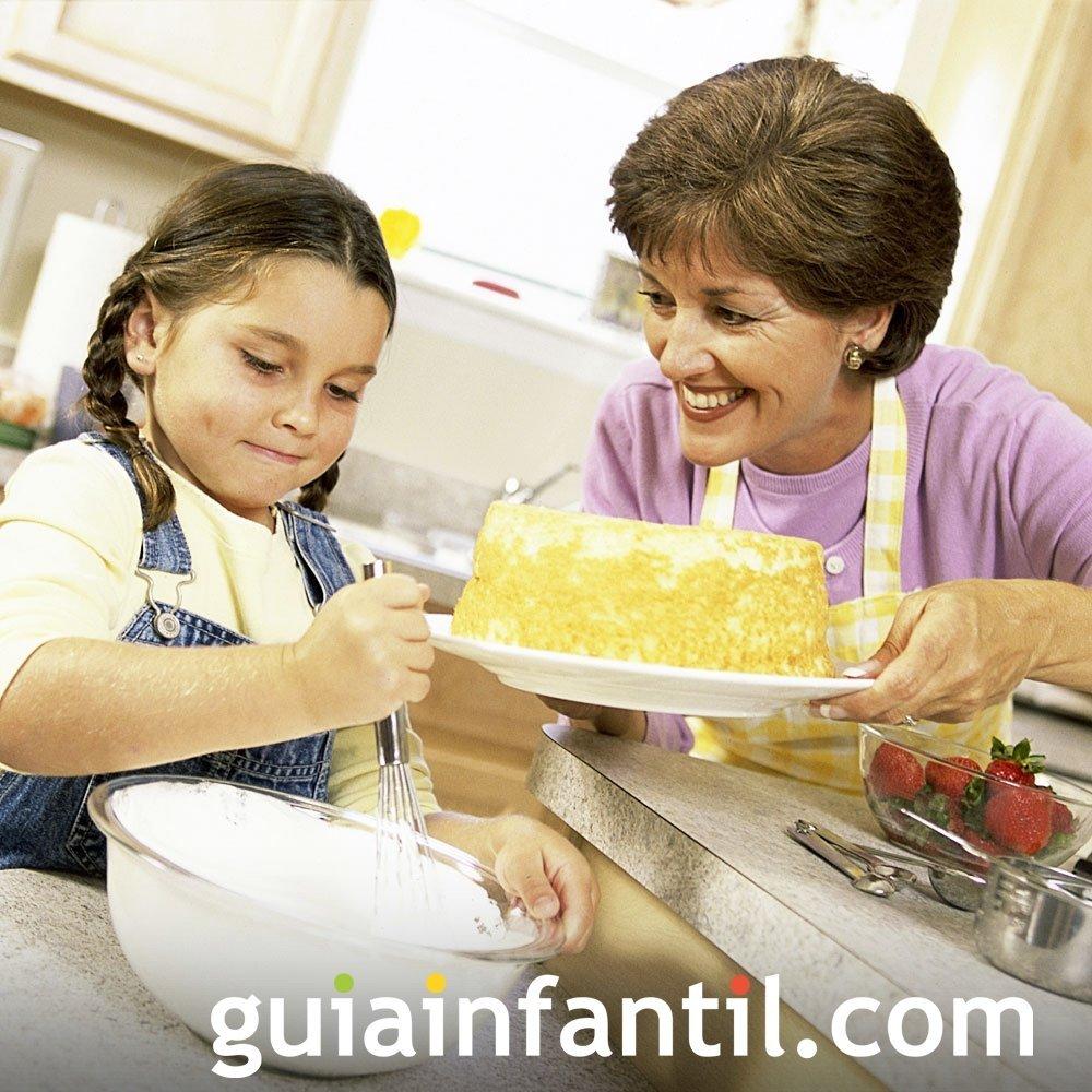 Los abuelos y abuelas preparan ricas recetas de cocina a sus nietos