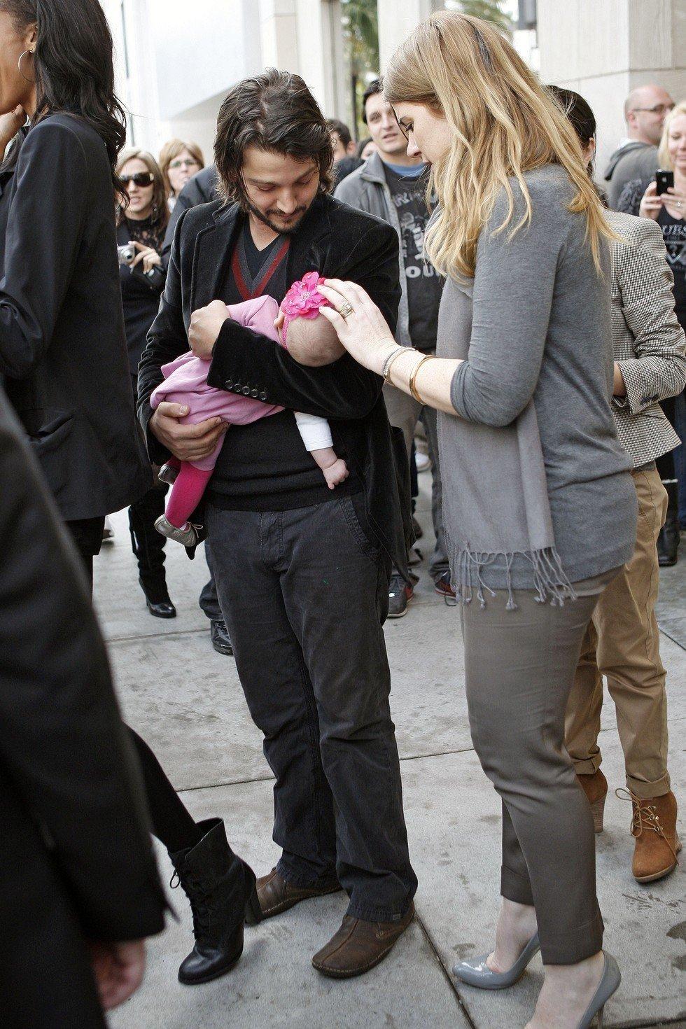 Diego Luna y Camila Sodi con su bebé Fionna