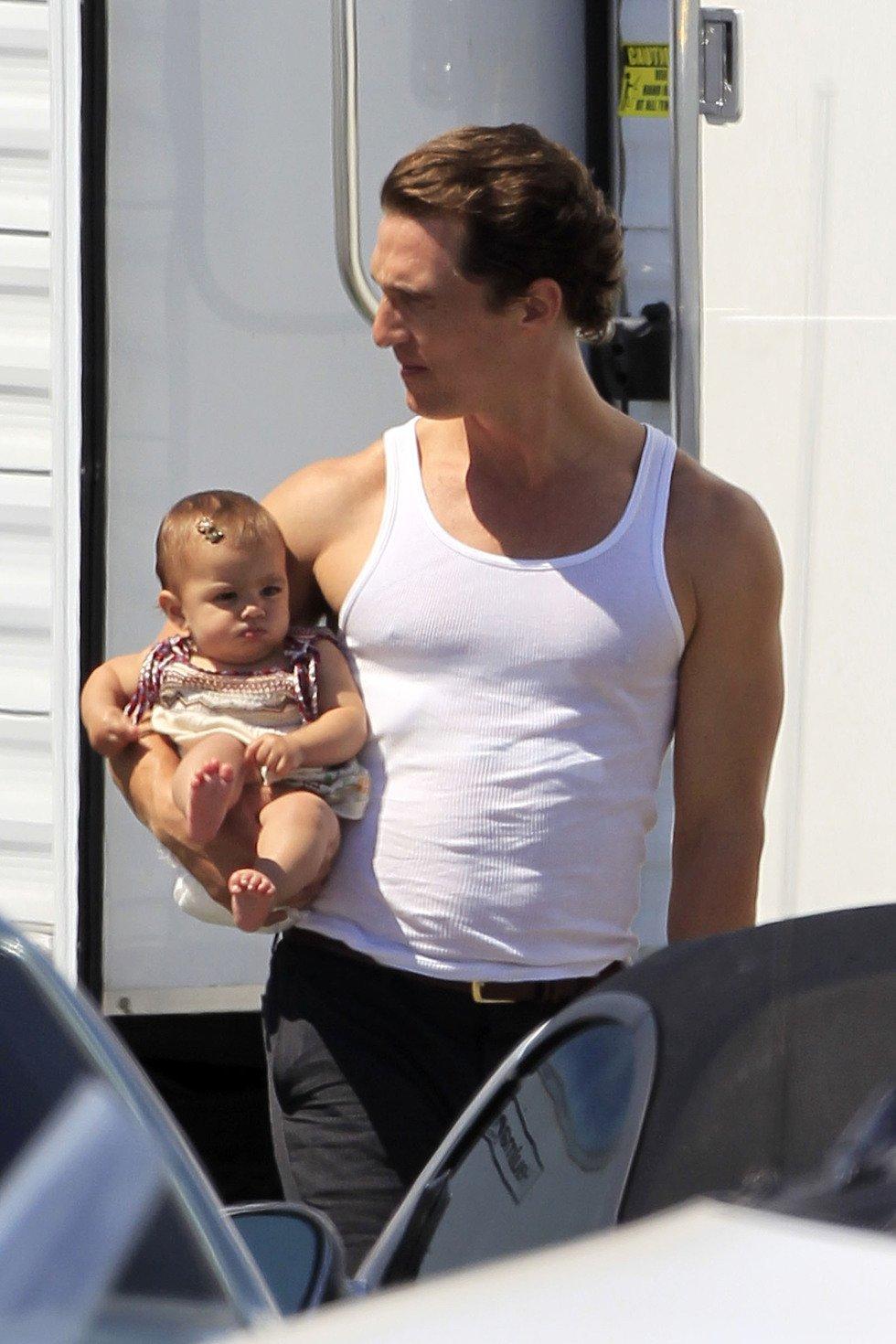 Matthew McConaughey con su bebé Vida