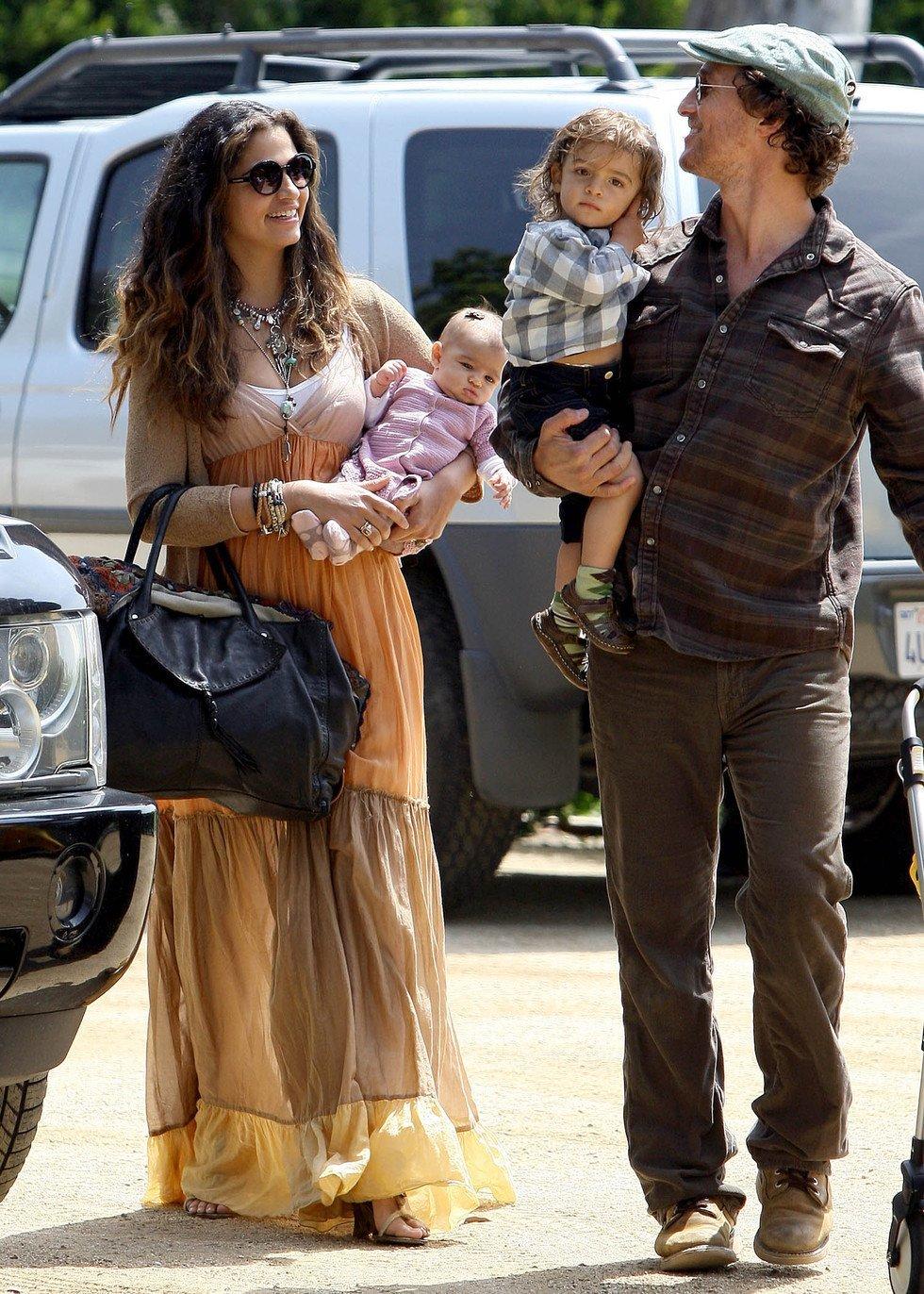 Matthew McConaughey y Camila Alves con sus bebés Levi y Vida