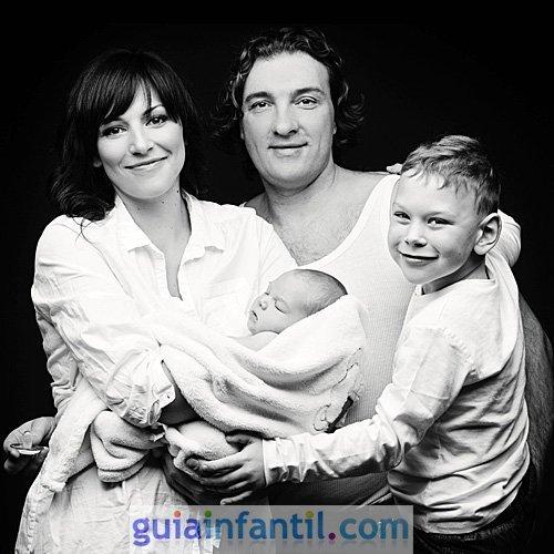 Foto de la familia reunida con el bebé