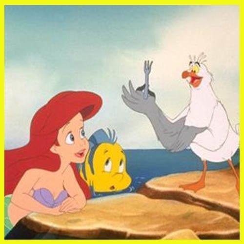 La gaviota Scuttle enseñando los utensilios encontrados por Ariel y Flounder