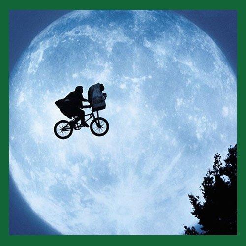 E.T. y Elliot volando en bicicleta con la luna de fondo