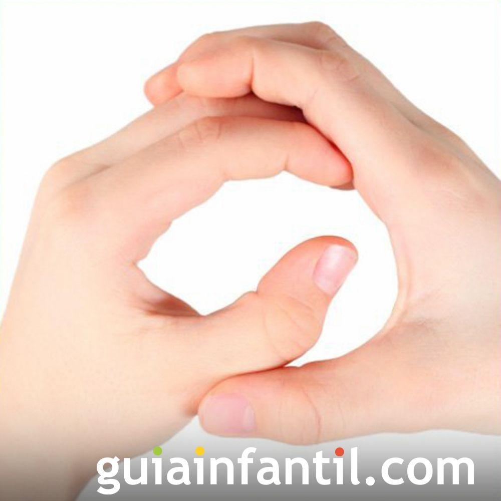 Juega a hacer la letra Q con las manos