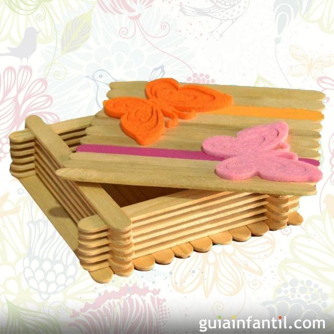 Caja del tesoro con palos de helado