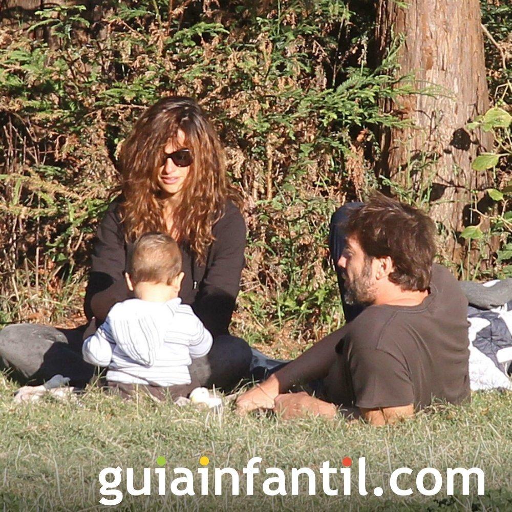 Penélope Cruz y Javier Bardem con su hijo Leonardo