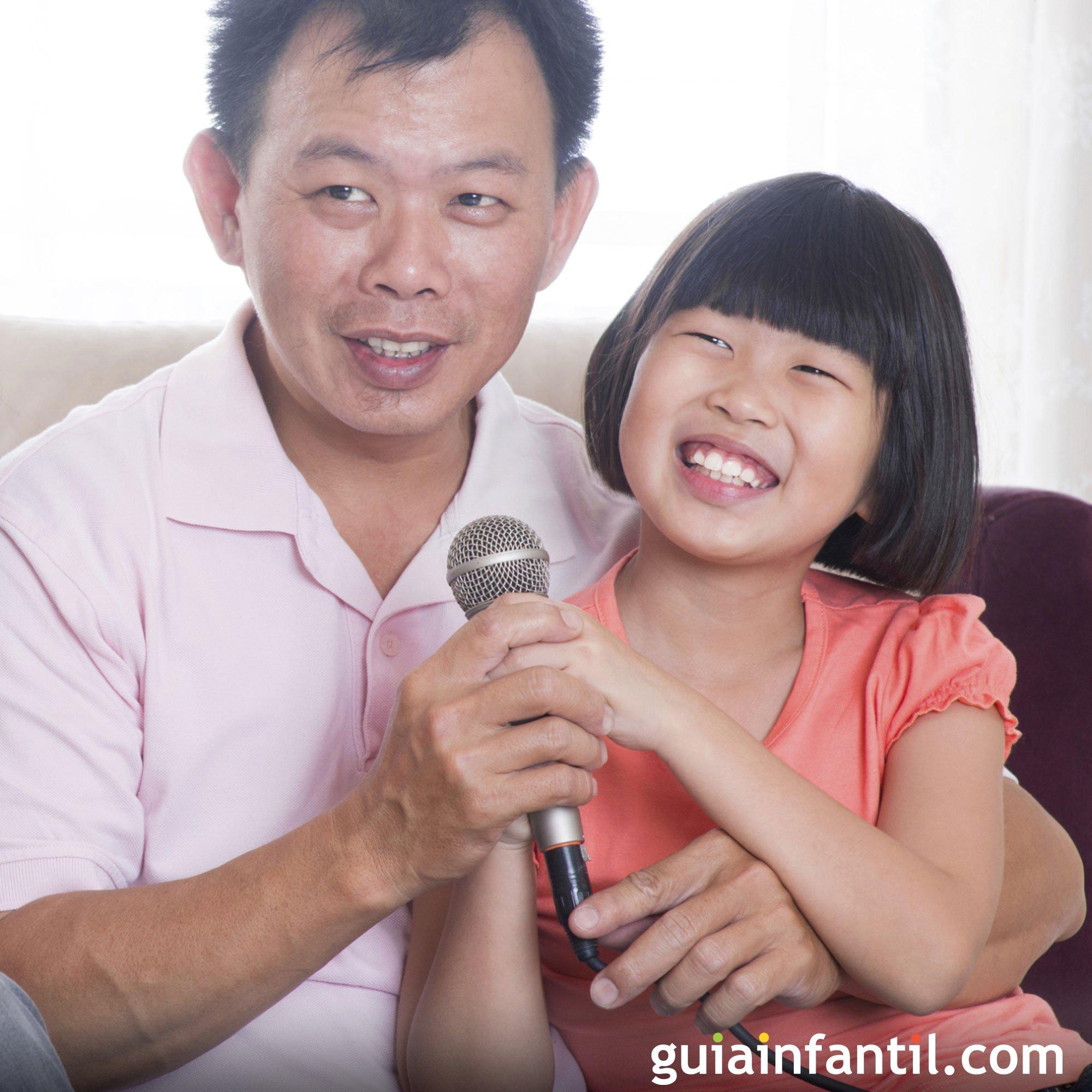 Jugar a cantar en el karaoke con papá