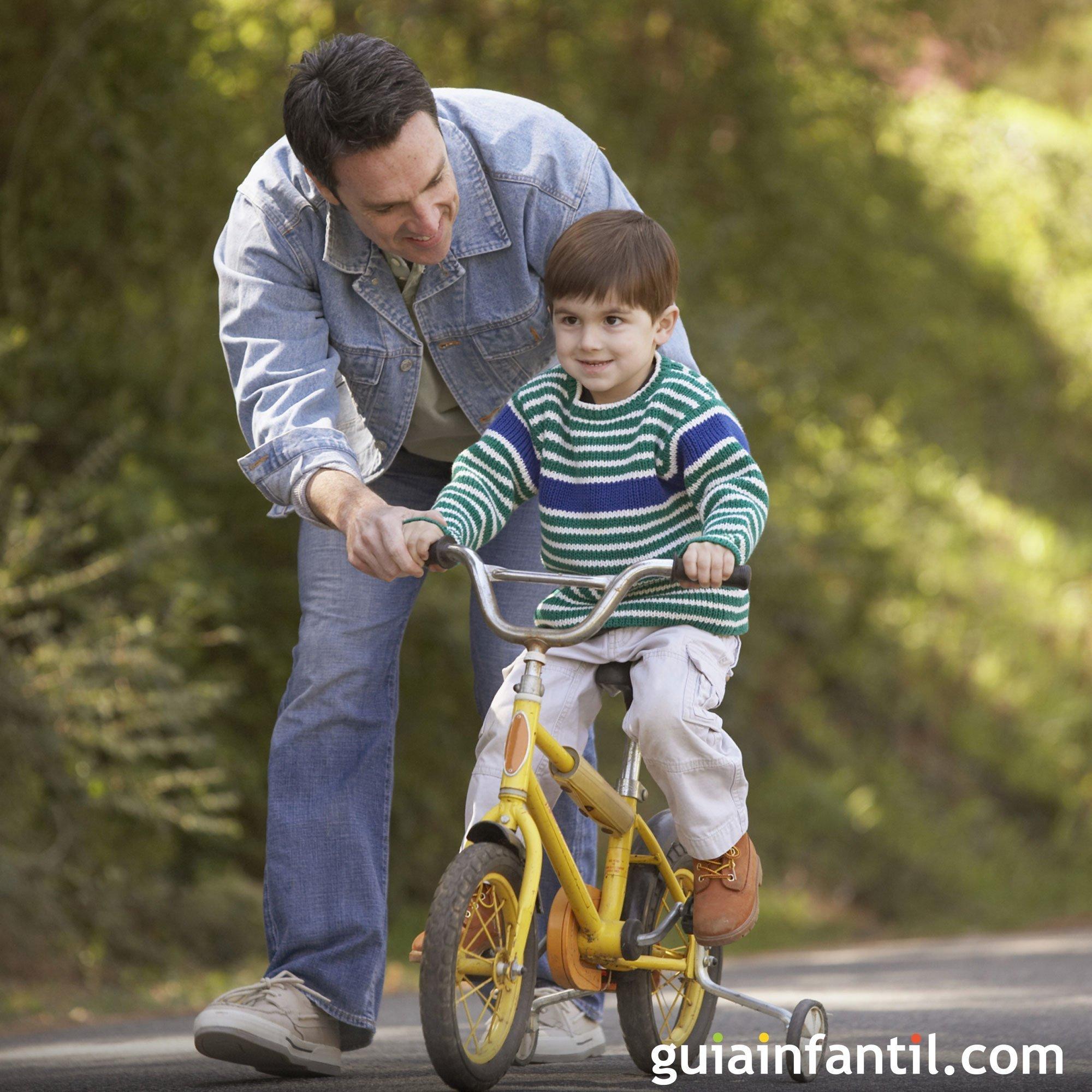 Jugar con papá a montar en bicicleta