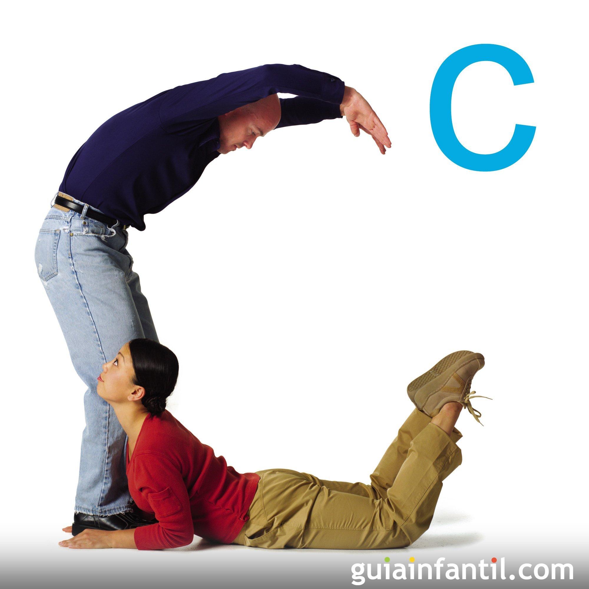 Juega a hacer la letra C con el cuerpo