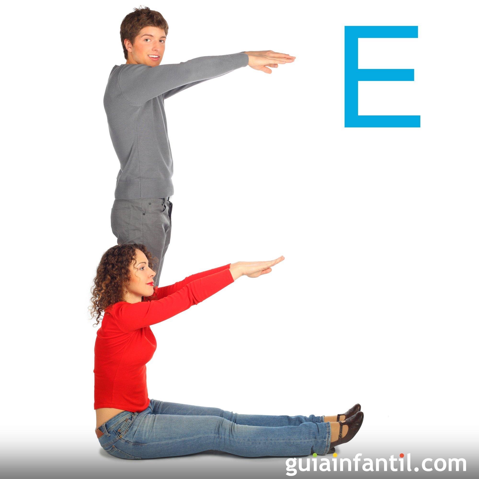 Juega a hacer la letra E con el cuerpo