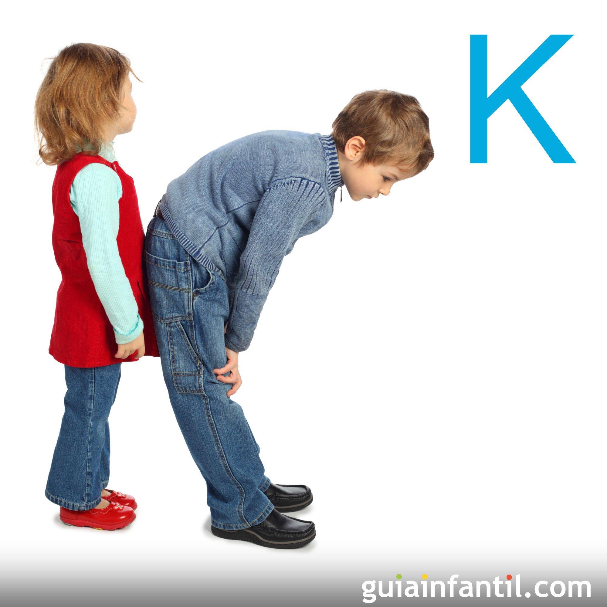 Juega a hacer la letra K con el cuerpo de los niños