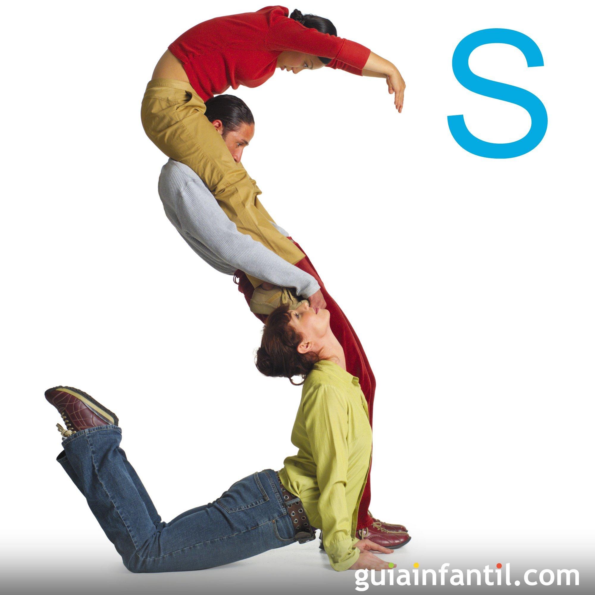 Juega a hacer la letra S con el cuerpo