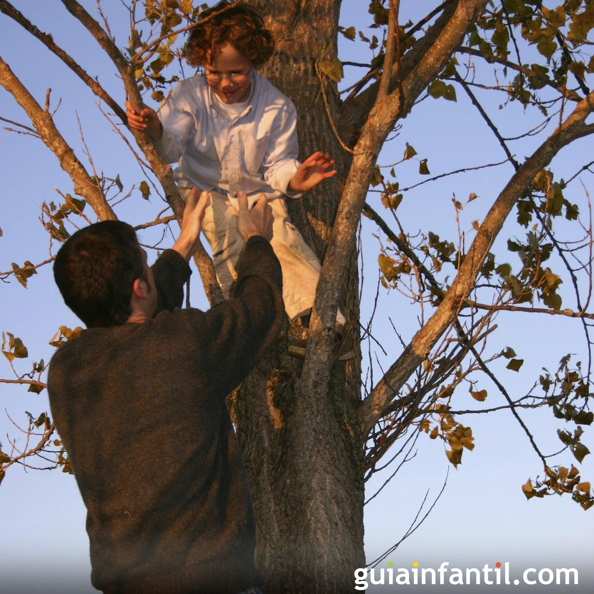 Jugar a trepar a los árboles con papá