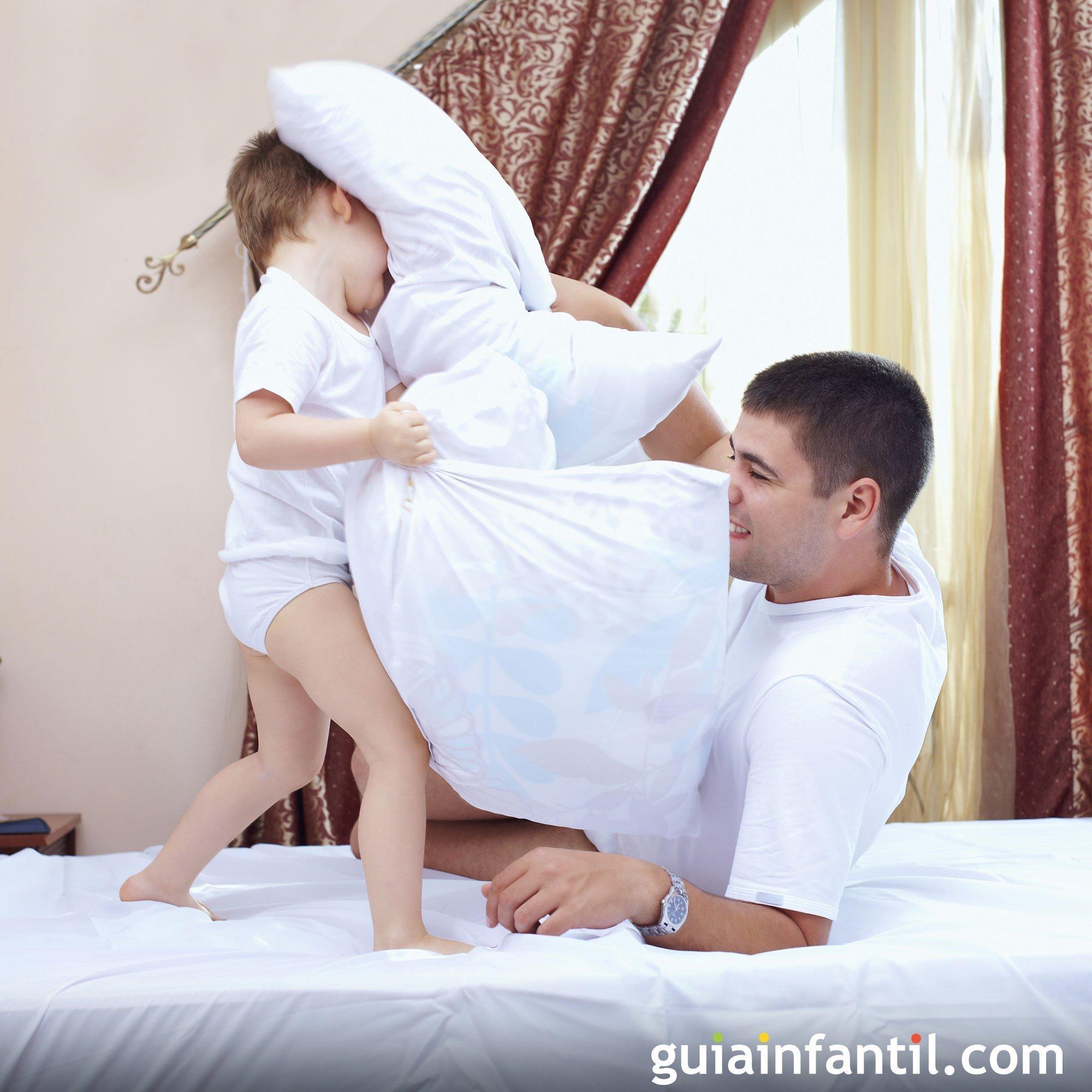 Jugar a la guerra de almohadas con papá