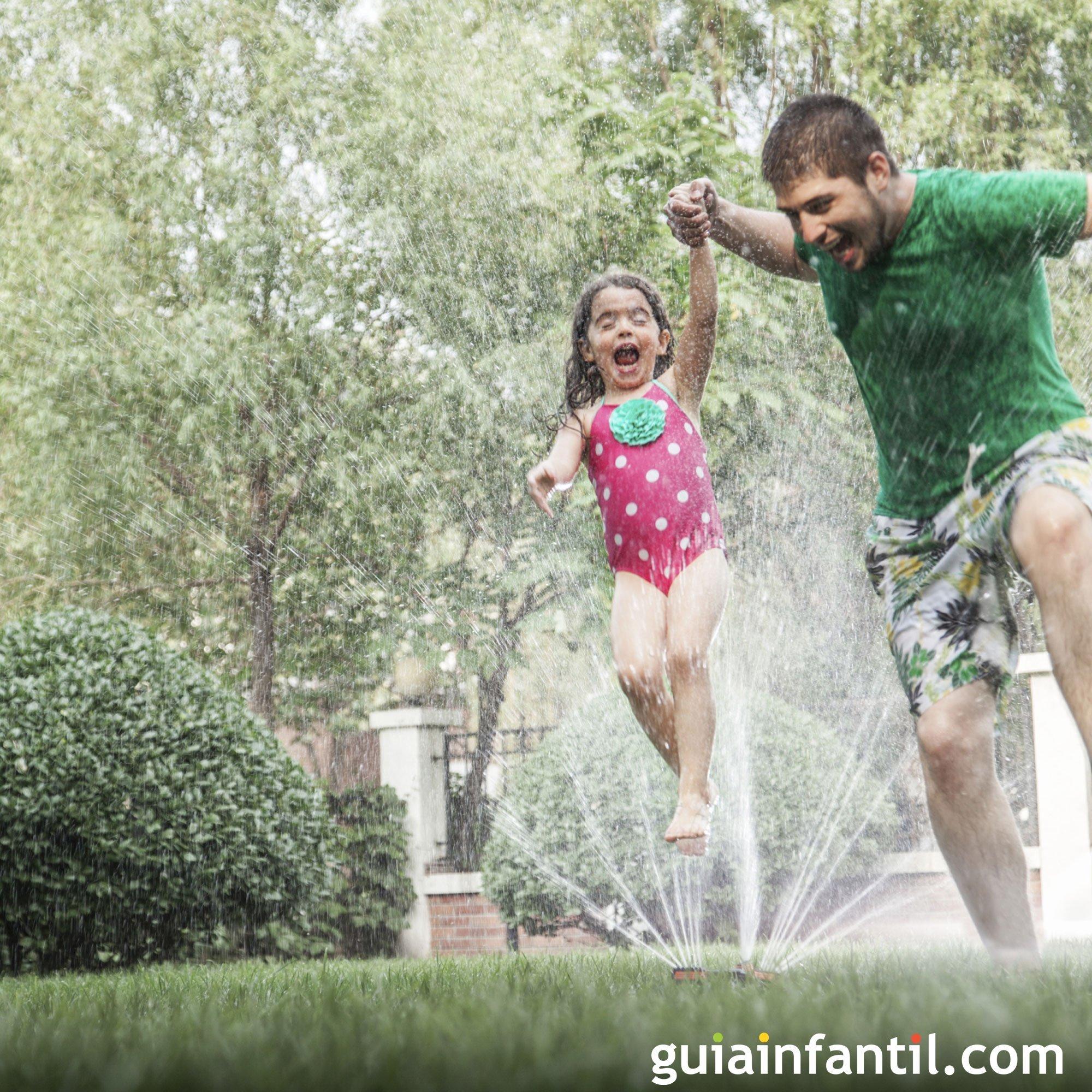 Jugar con el agua en verano con papá