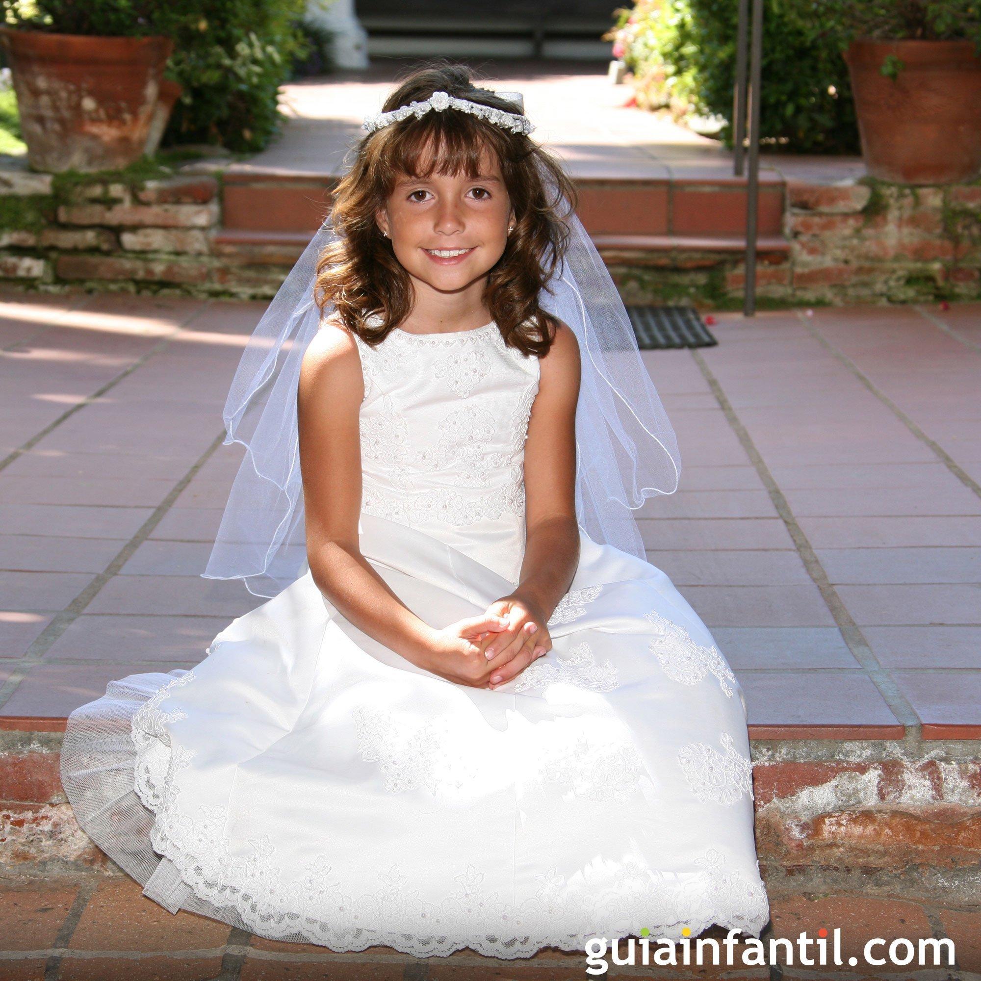 Vestido de primera comunión con puntillas