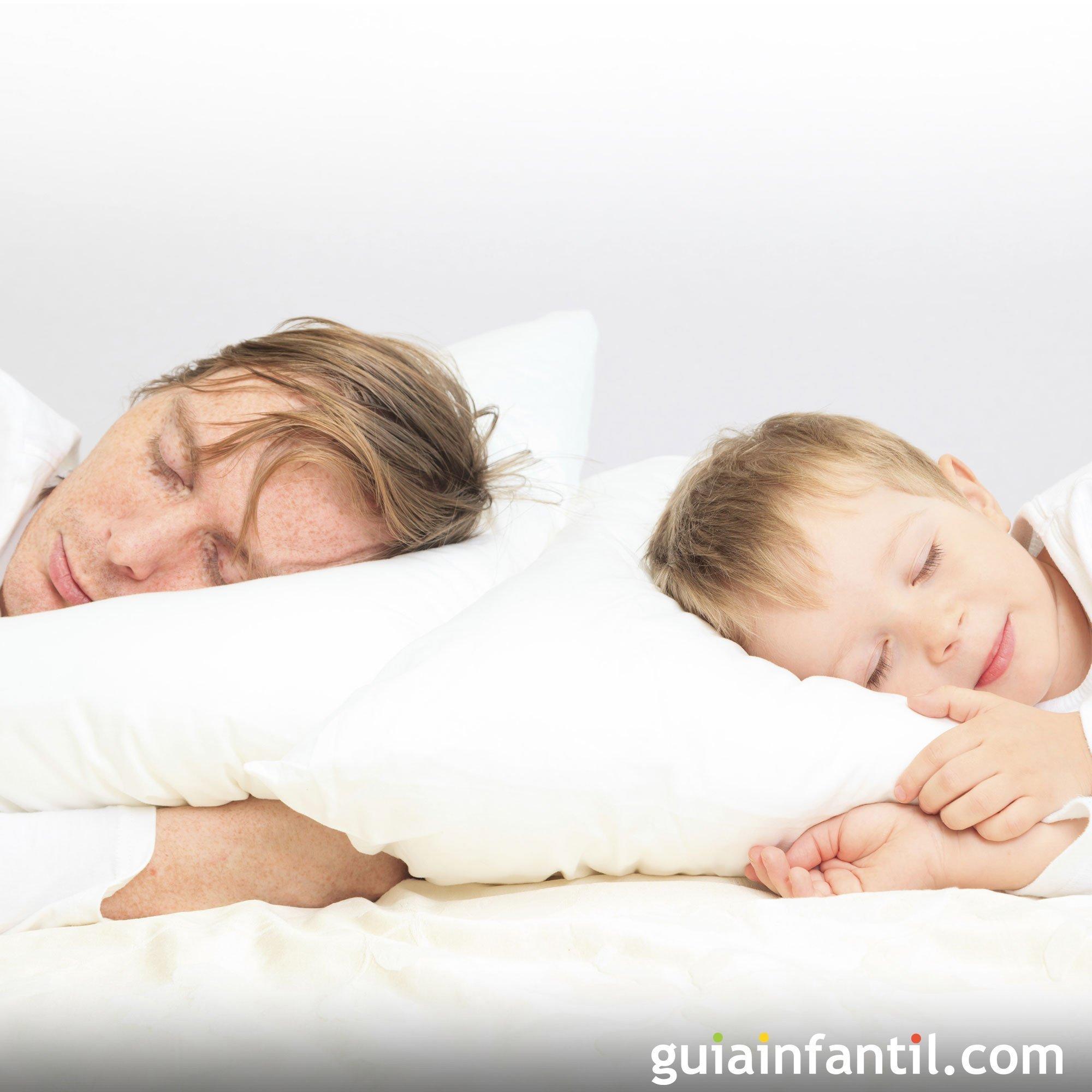 Foto de padre e hijo durmiendo la siesta juntos