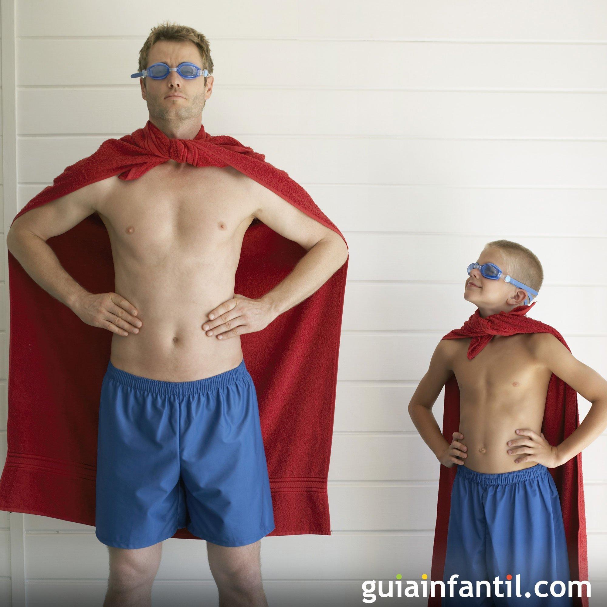 Jugando a superhéroes. Fotos de padres e hijos