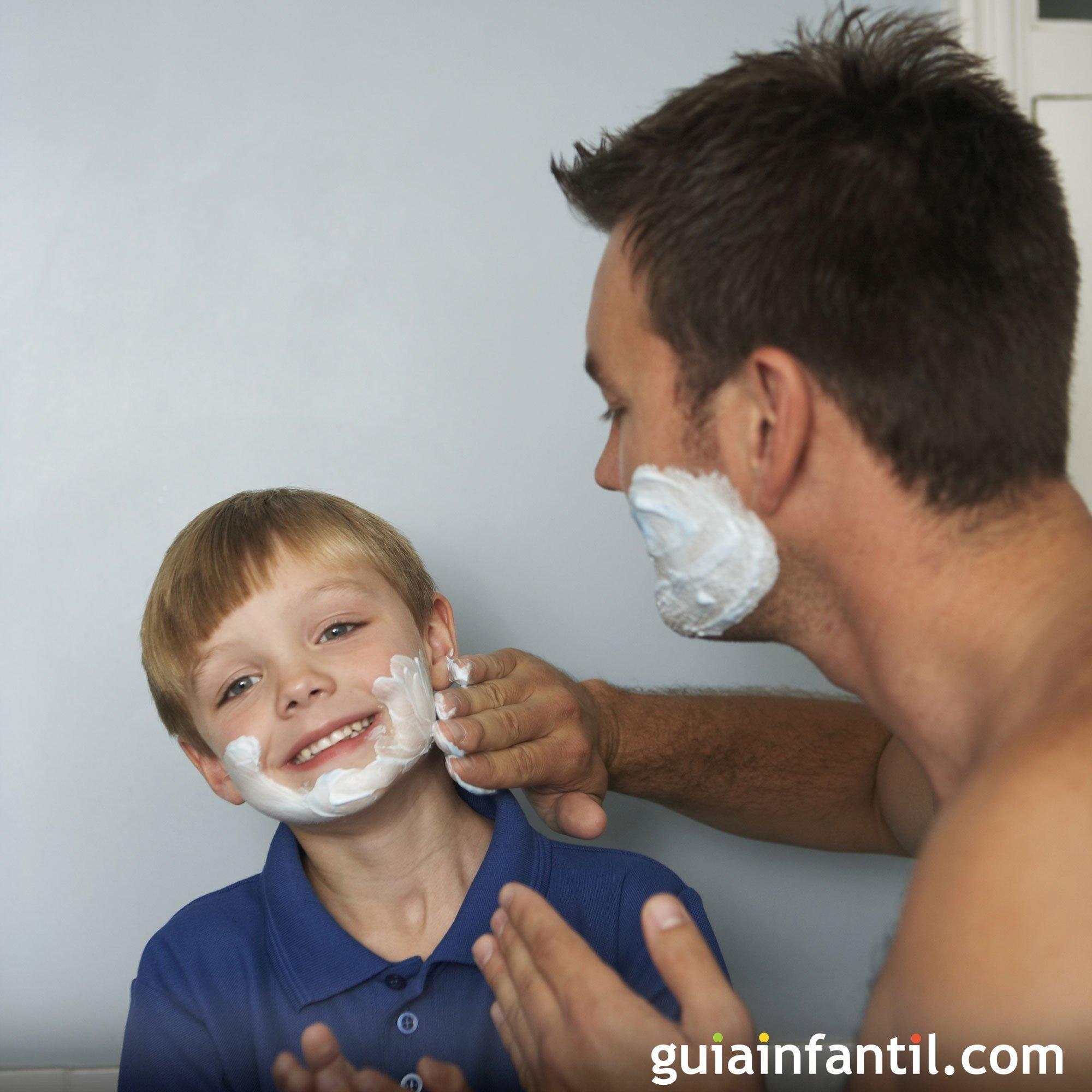 Jugando a afeitarse. Fotos divertidas con papá