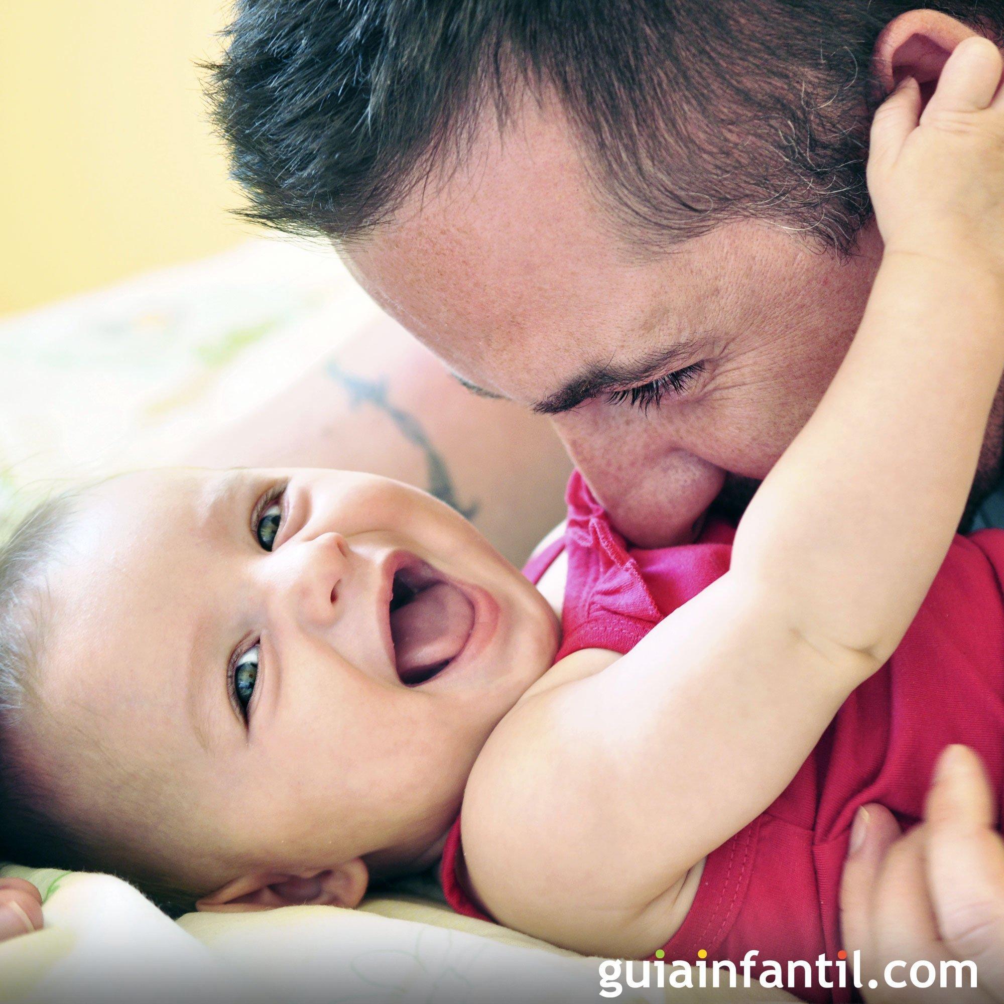 Riendo con papá. Fotos tiernas de padres y bebés