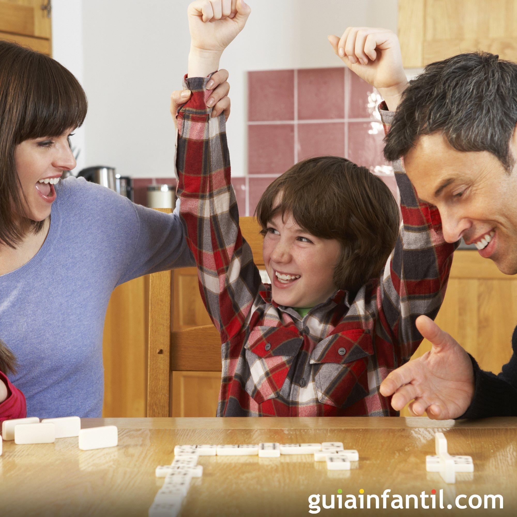Jugar con los niños a juegos de mesa