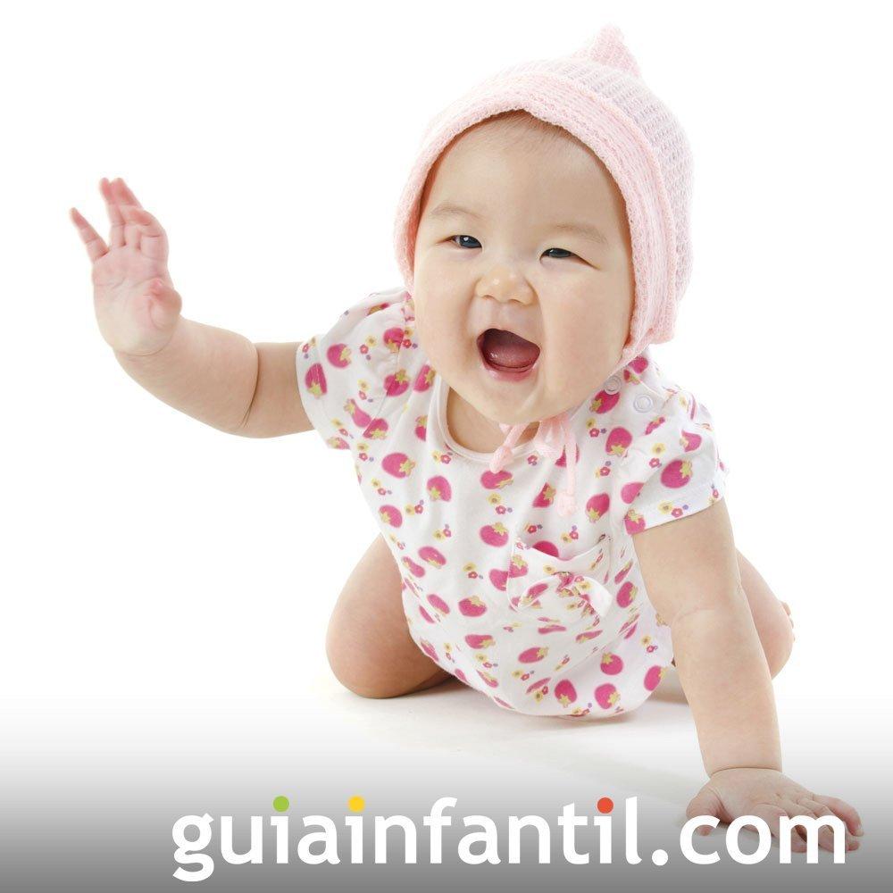 Foto del bebé gateando