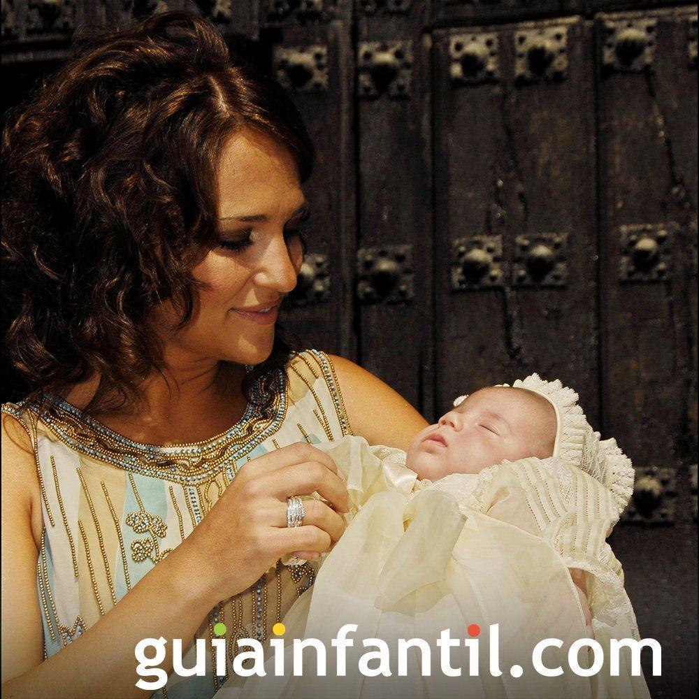 Traje de Daniela Bustamante en su bautizo