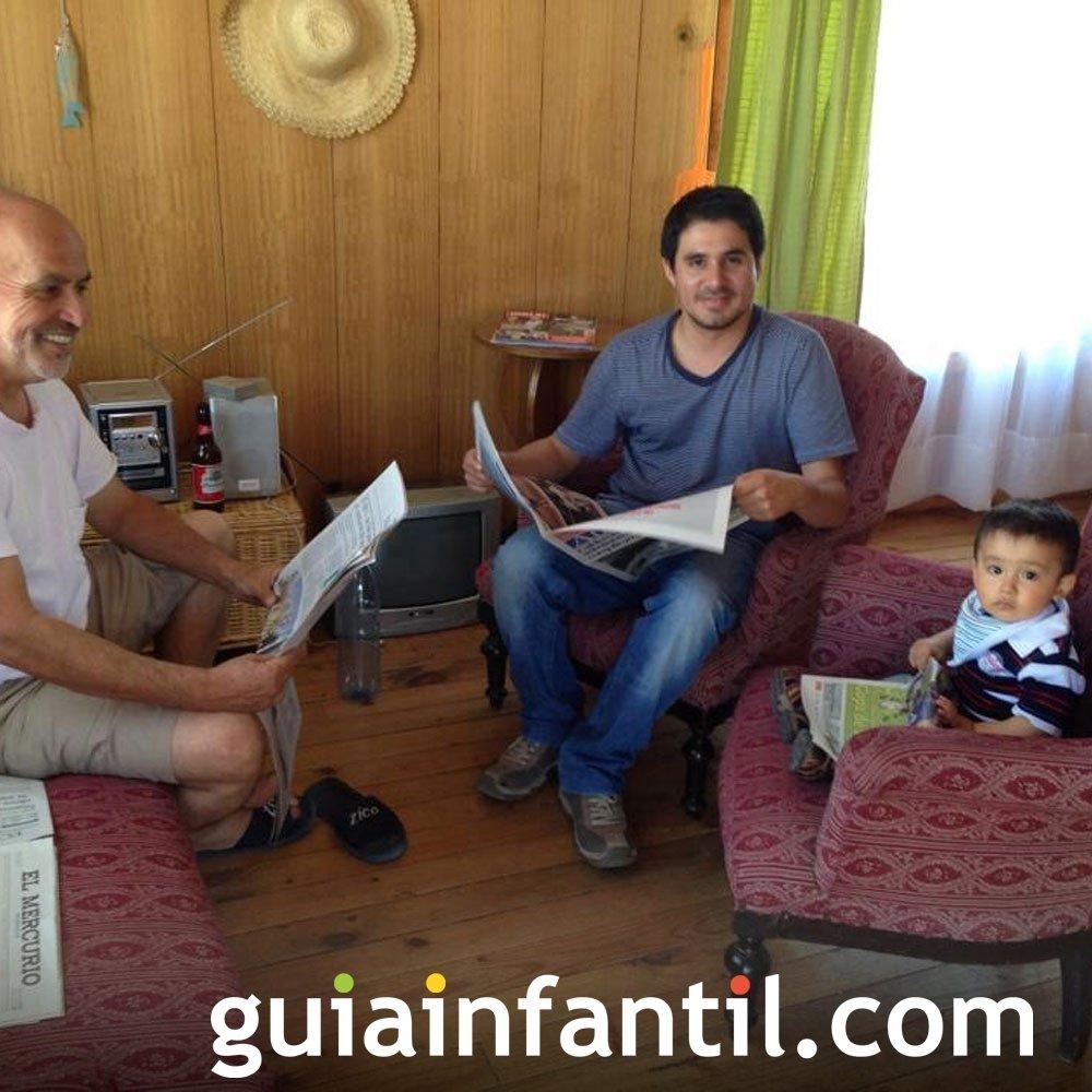 Mateo, de un año y dos meses lee con su familia