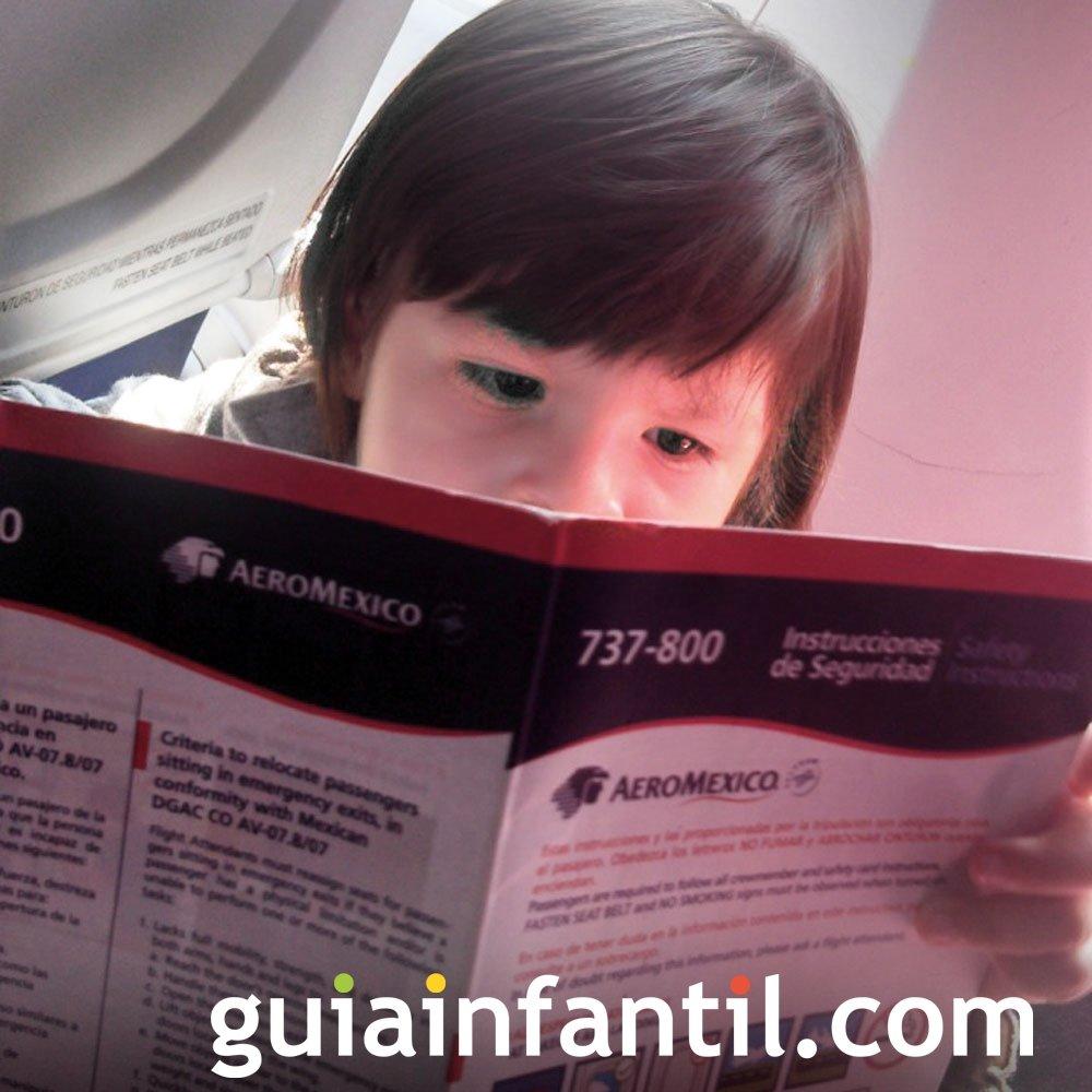 Angélica, de 29 meses leyendo un folleto