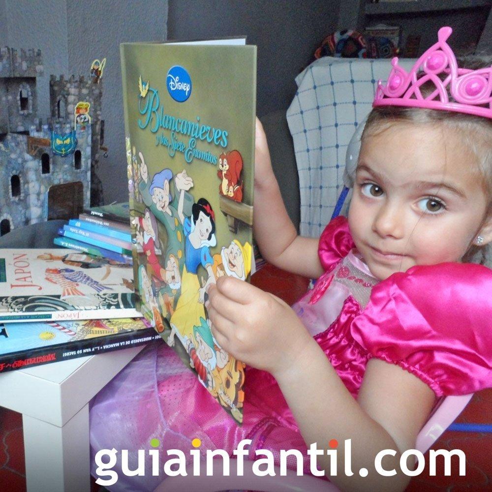 Julia, de 4 años lee el cuento Blancanieves