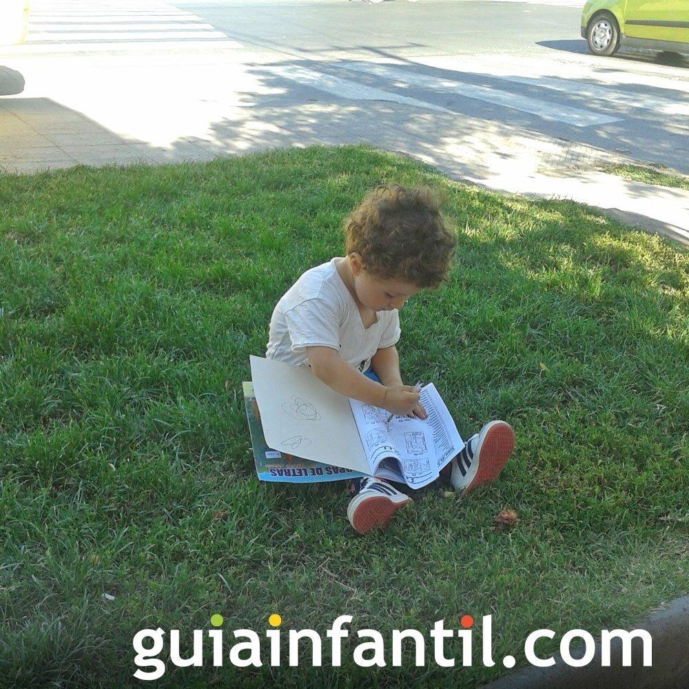 A Gaspar, de 2 años, le encanta leer cuentos