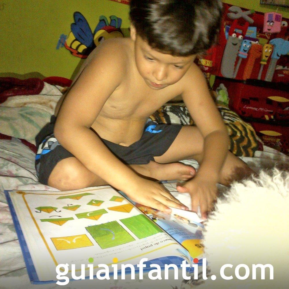 Matthew, de 5 años, con un libro sobre manualidades