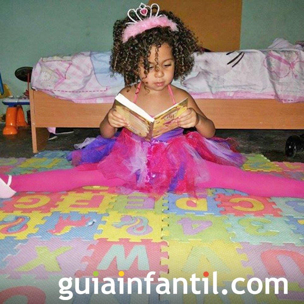 Isabella, de 2 años, una princesa que lee cuentos