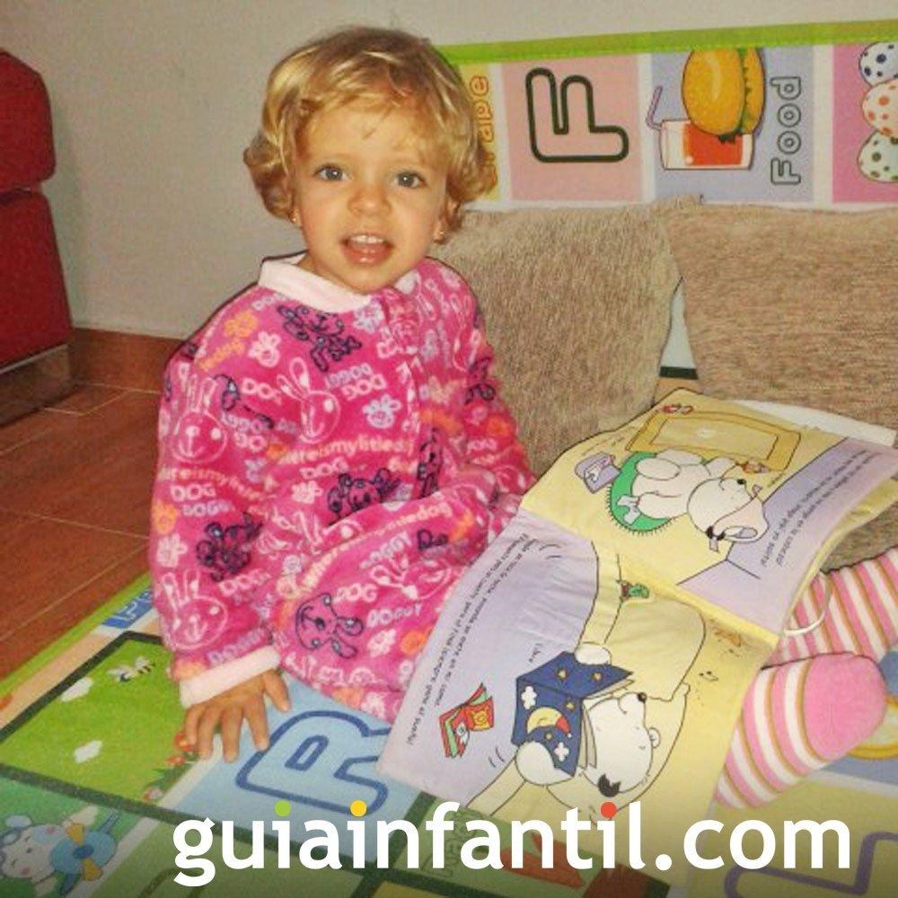 Natalia, de 2 años, lee antes de dormir
