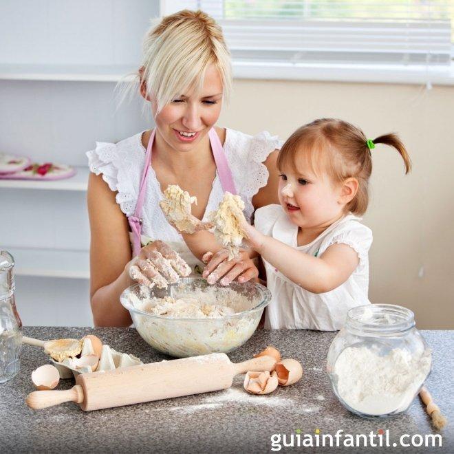 ni a aprende a cocinar con su madre