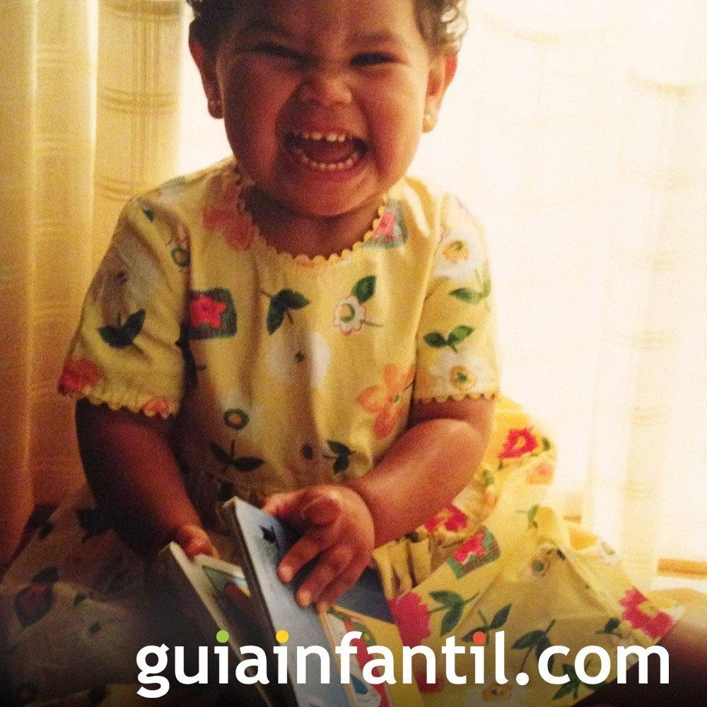Clara, de 2 años disfruta leyendo cuentos