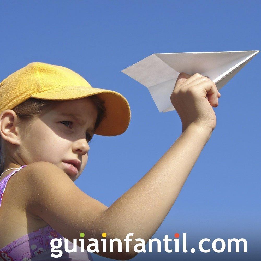 Jugar a hacer un avión de papel