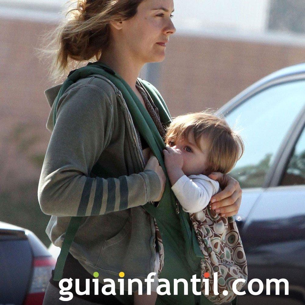 Alicia Silverston portea a su bebé