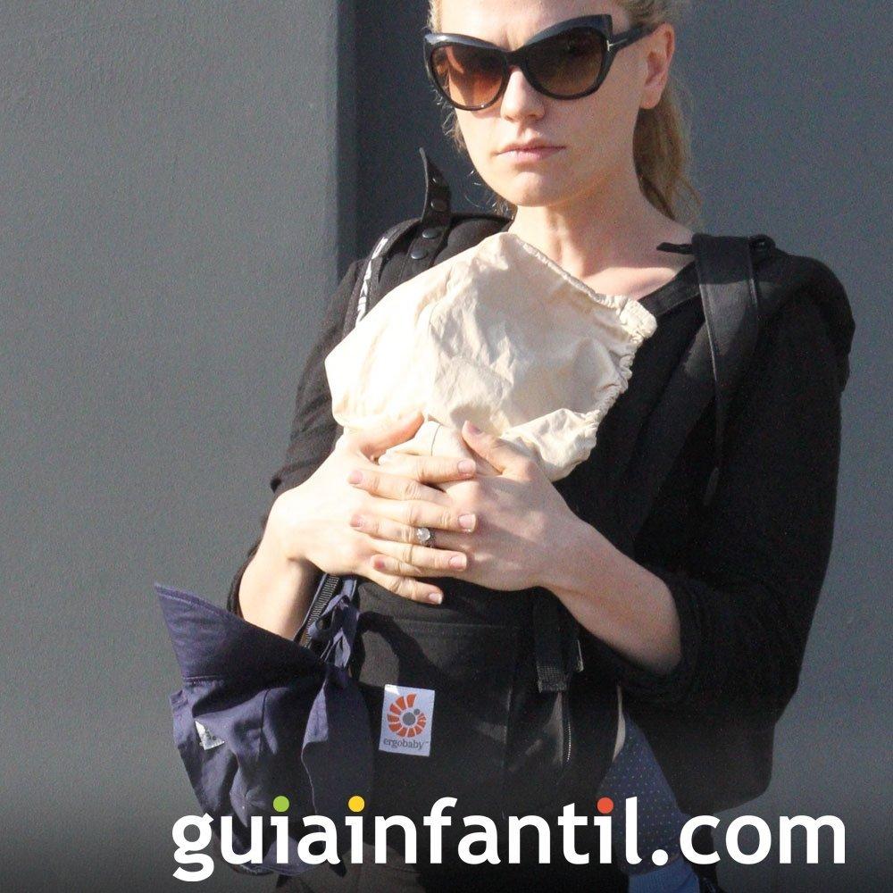Anna Paquin lleva a su bebé en una mochila