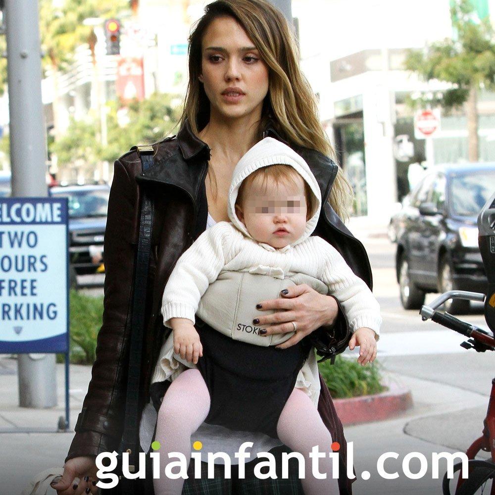 Jessica Alba portea a su bebé con una mochila