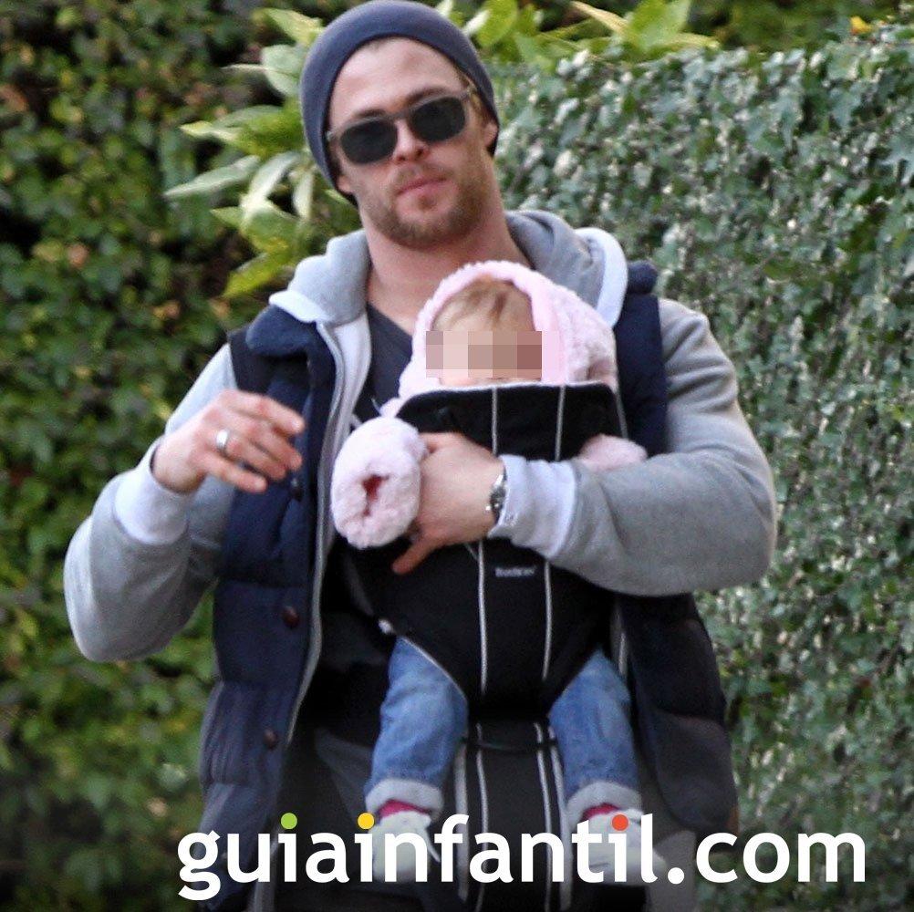 Chris Helmsworth portea a su bebé con una mochila